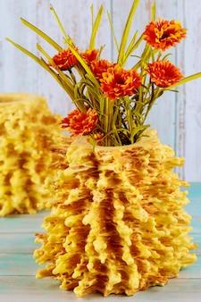オレンジ色の花で飾られたサコティスケーキ。