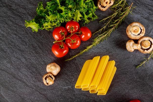 Органическая пшеничная паста со свежими помидорами и грибами