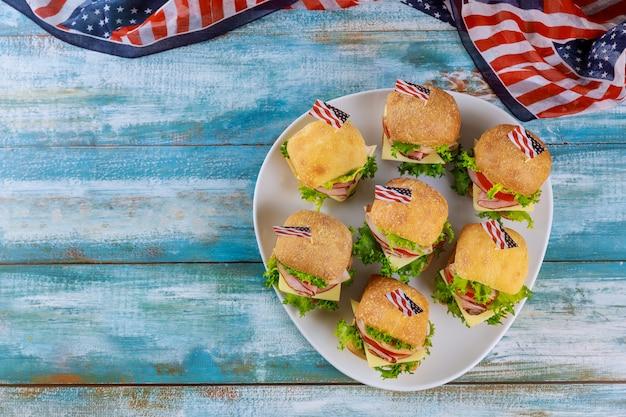 Американская праздничная закуска на синем столе с флагом