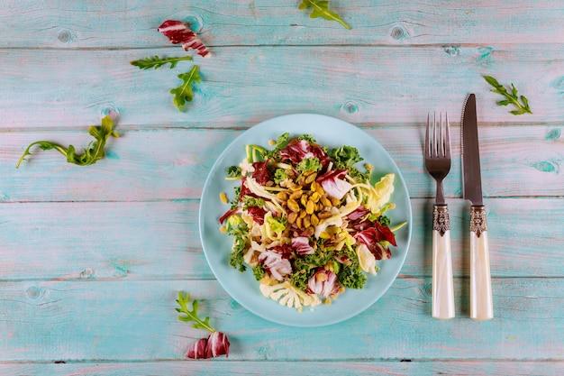 ケール、ルッコラ、カリフラワー、芽キャベツ、ピスタチオのおいしいサラダミックス