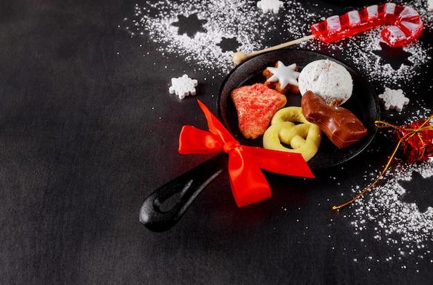 Вид сверху мини железные сковородки со сладостями