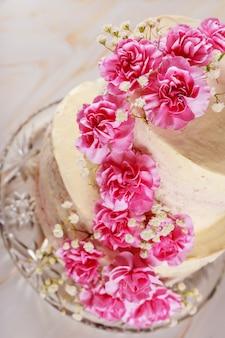 Двухслойный свадебный кремовый сырный торт с гвоздикой