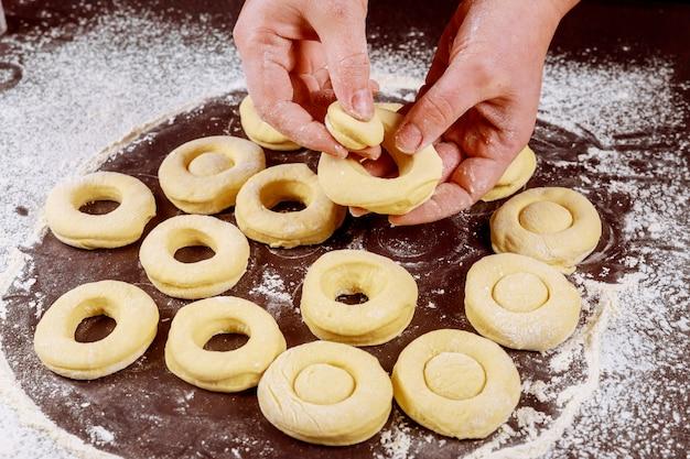 生酵母生地からドーナツとマンチカンを作る女性