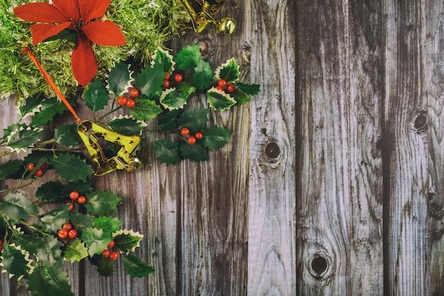 暗い木製のテーブルの上のクリスマスの装飾