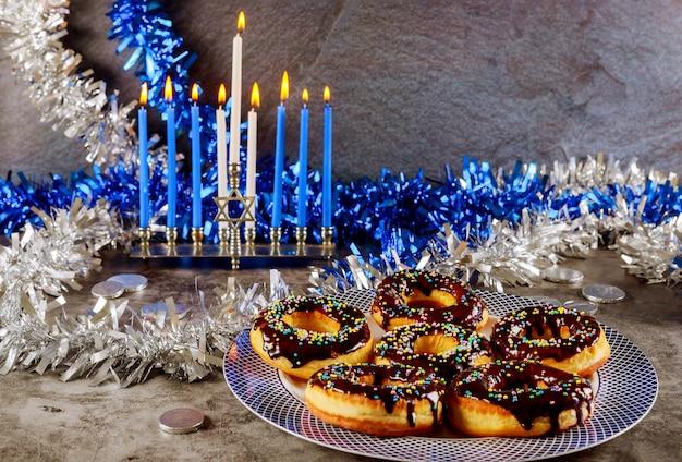 燃焼キャンドルとチョコレートと甘いドーナツと本枝の燭台