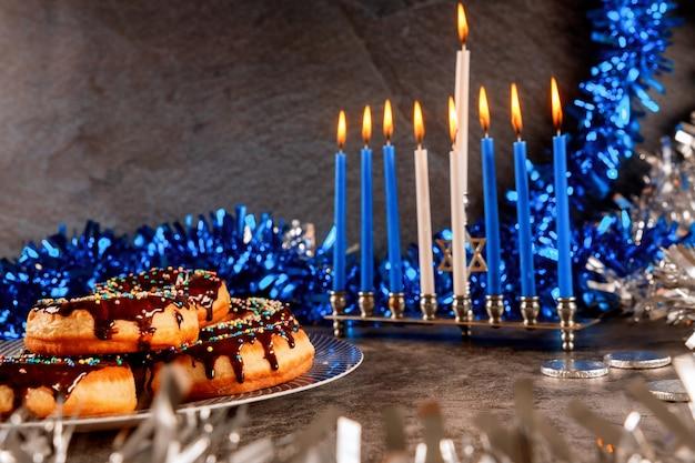 ハヌカ本枝の燭台、ドーナツ、チョコレートコイン、装飾