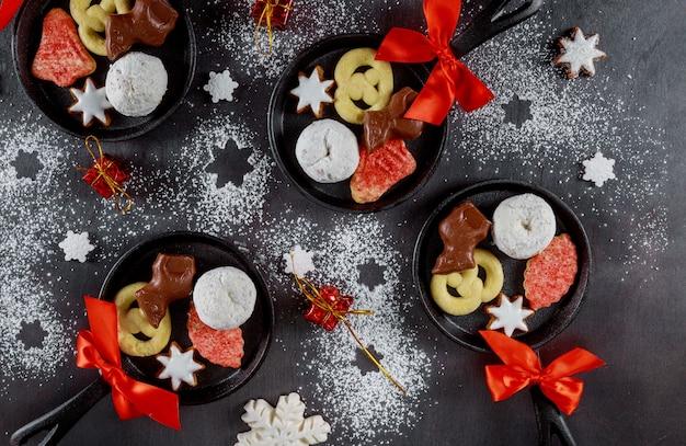 Рождественское печенье, шоколад в мини-сковородках на сахарной пудре
