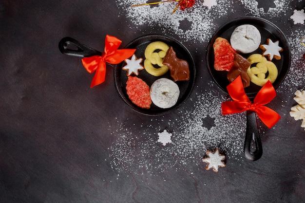 Новогоднее украшение, сахарная пудра с конфетами в мини-сковороде