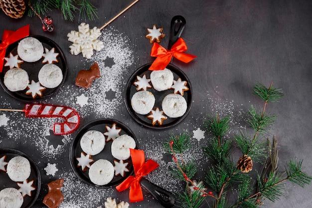 Мини-пончики в сахарной пудре с печеньем и рождественскими конфетами