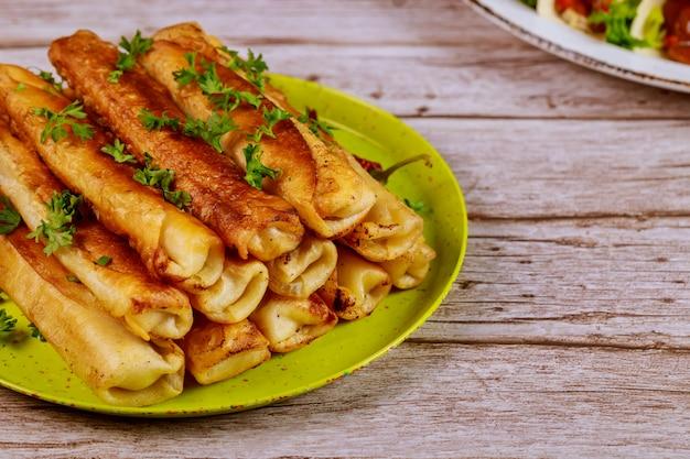肉のメキシコ料理を詰めた揚げたタキトス。