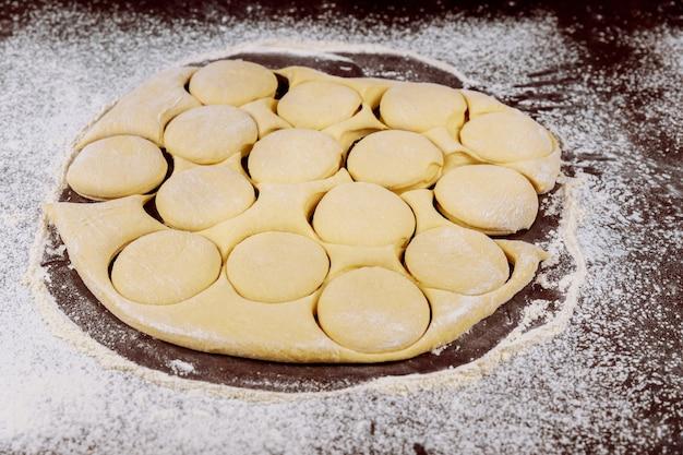 パン、ドーナツを作るための生地の円を切り取ります