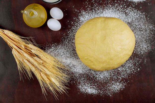 パン用の油と卵で自家製酵母生地を準備する