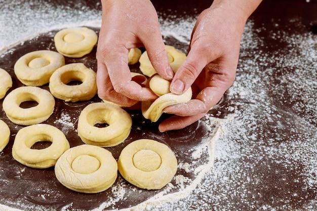 生酵母生地からアメリカのドーナツとマンチカンを作る女性