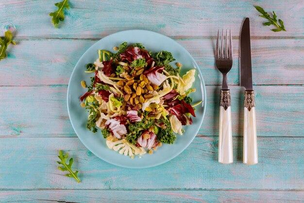 ラディッキオ、カリフラワー、芽キャベツ、ピスタチオのケールサラダ