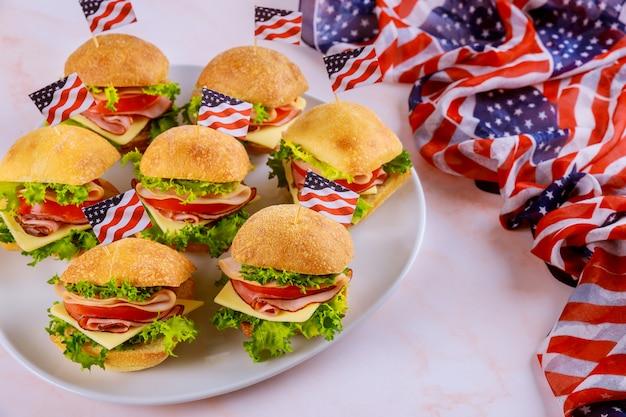 Закуска на американский праздник с американским флагом.