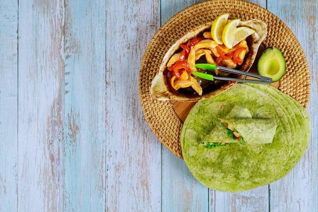 鶏肉と野菜の炒め物とほうれん草のラップ