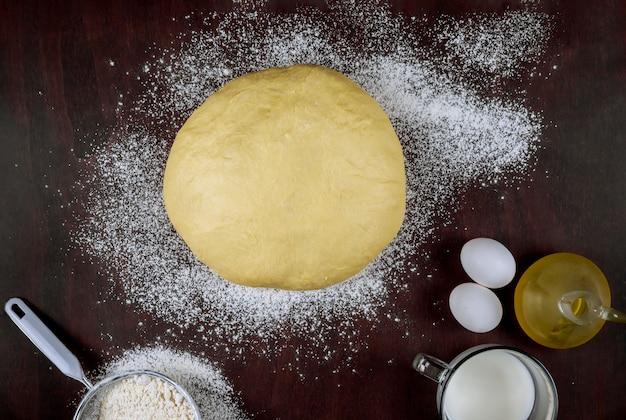 パン用の油、卵、牛乳で自家製酵母生地を準備する