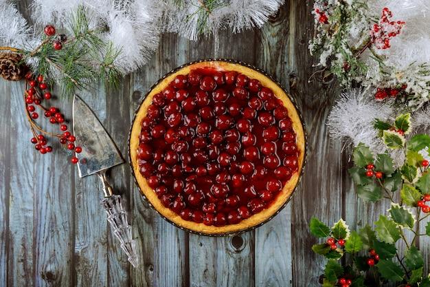 クリスマスデコレーションでトップにベリーとチェリーチーズケーキ
