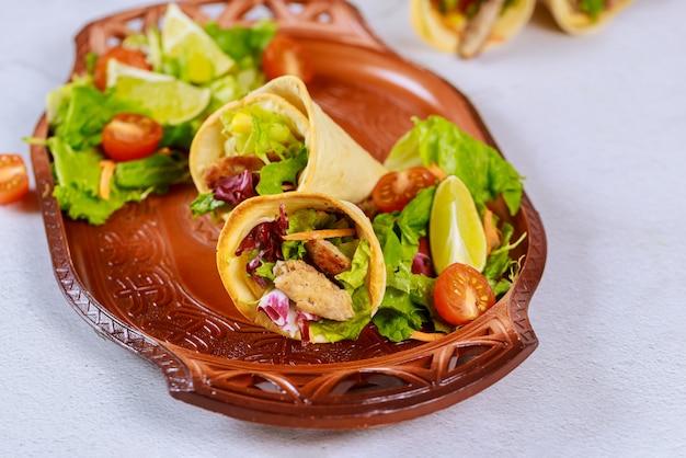 ラテンスタイルのトルティーヤ焼きコーンと肉とサラダ
