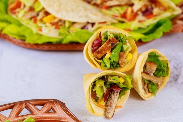 柔らかくて硬いトルティーヤを詰めたメキシコのおいしい食べ物