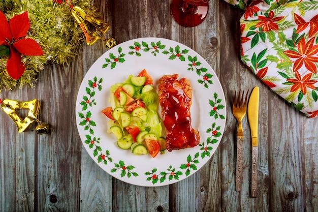 Куриные терияки со свежим салатом на украшенном рождеством столе