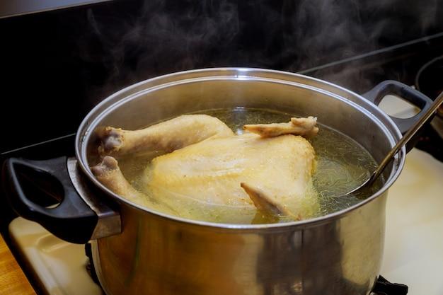 鍋にチキンが入ったチキンスープ