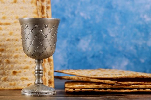 Кидуш чашка вина с хлебом мацы. еврейский праздник песах.