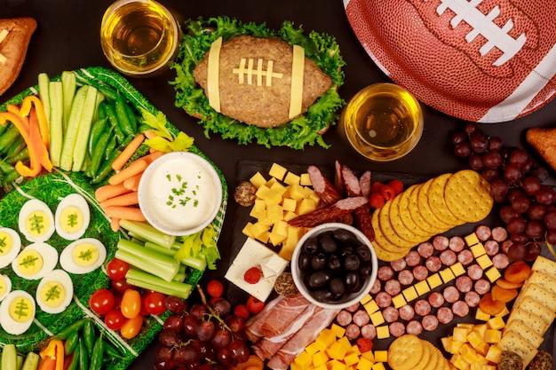 サッカーゲームパーティーのための健康的な食べ物や飲み物。