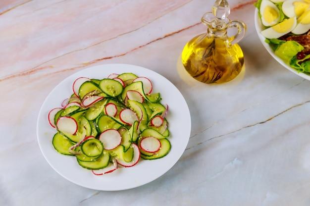 Овощной салат из огурца и редиса с оливковым маслом.