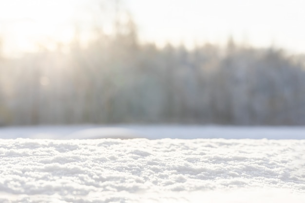 雪と自然な背景をぼかした写真の雪のクリスマスの背景。明けましておめでとうございます。冬の背景。コピースペース。