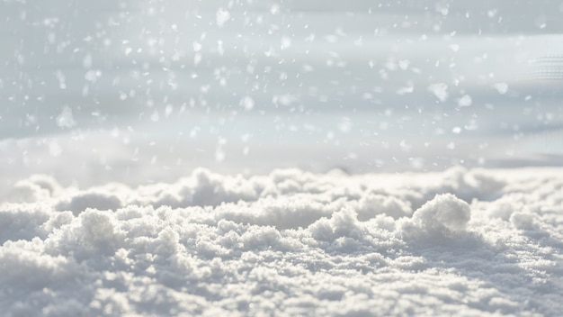 Сверкающий белый снег с мягким размытым фоном и снежинками. копировать пространство концепция светлого праздничного рождественского настроения.