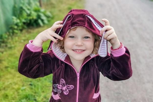 カメラを見て、笑顔の小さな金髪の赤ちゃん女の子。