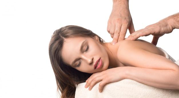 Спа красоты кожи лечение женщина на белом полотенце. ман руки, массируя шею женщины.