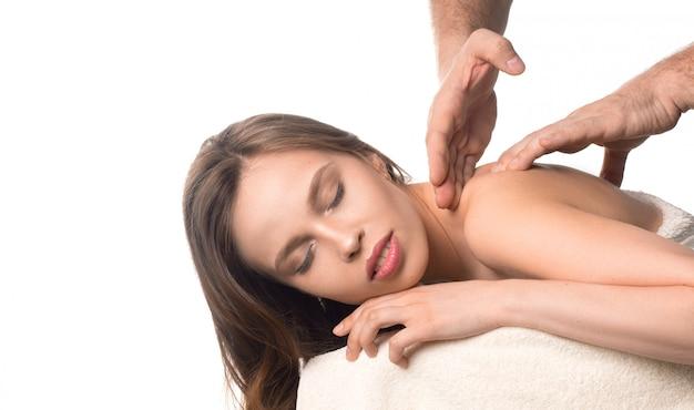 Спа красоты кожи лечение женщина на белом полотенце. ман руки, массируя шею женщины. массажистки руками массируют женскую шею. концепция спа