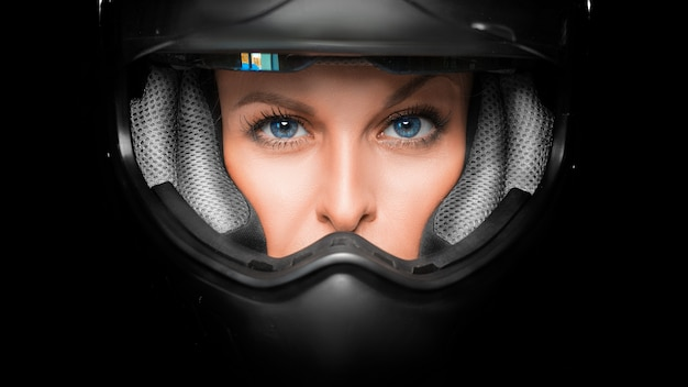 Крупным планом вид лица женщины в байкер шлем.