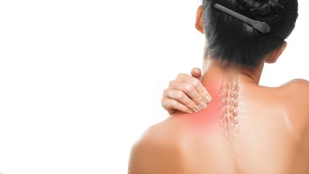 医療コンセプト:首の痛み。女性の首と背中をクローズアップ。