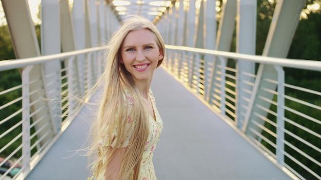 Женщина, оглядываясь на мосту
