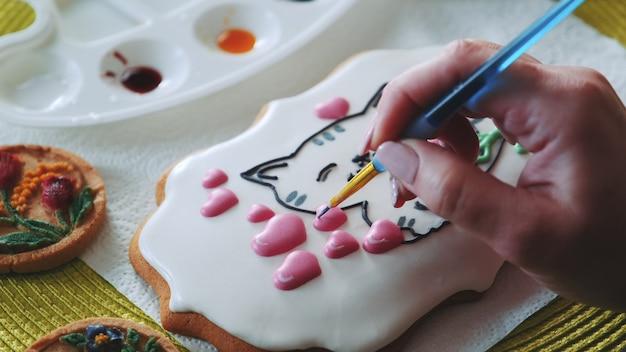 Королевская глазурь, украшенная специальной пищевой кисточкой и цветами.