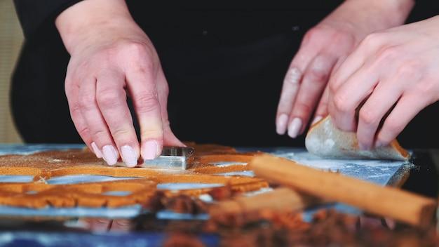 Замедленное движение женских рук с помощью печенья для печенья