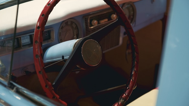 レトロな車のステアリングホイールとインストルメントパネル