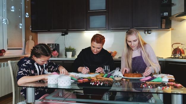 母の在宅ビジネス:クライアントのためのジンジャーブレッドクッキーの作成