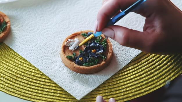 Изумительная техника украшения печенья специальной пищевой кисточкой и цветами