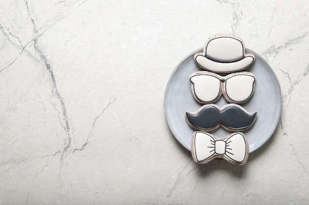 Счастливый день отца концепции. тарелка с печеньем. место для текста