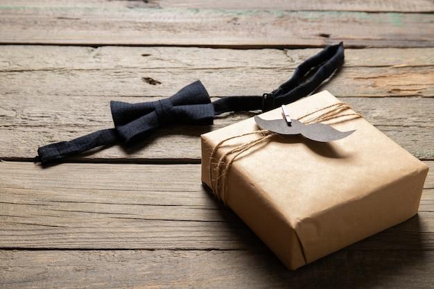Счастливый день отца концепции. подарок и аксессуары на деревянном фоне. место для текста