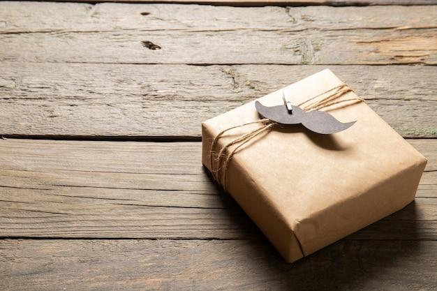 Счастливый день отца концепции. подарок на деревянном фоне. место для текста