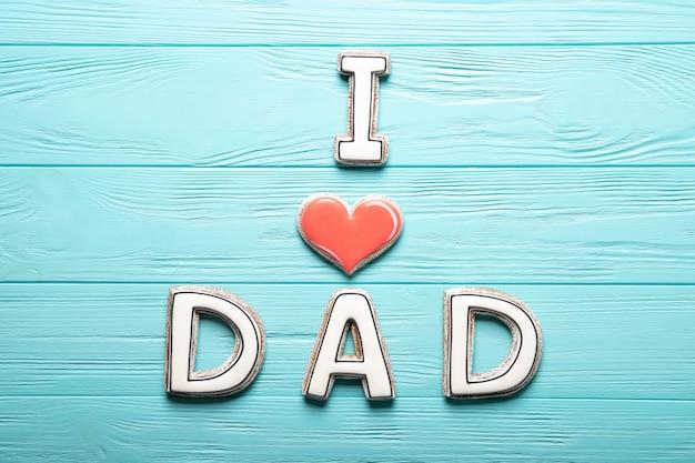 Счастливый день отца концепции. печенье на синем фоне деревянные. место для текста