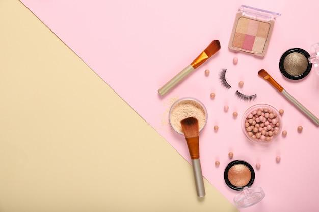 Набор декоративной косметики на цветном фоне. место для текста
