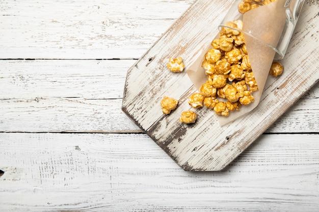 Попкорн на деревянном фоне