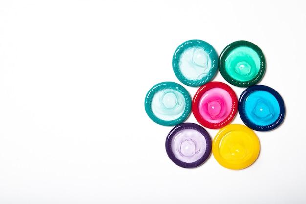 Красочные презервативы на белом фоне
