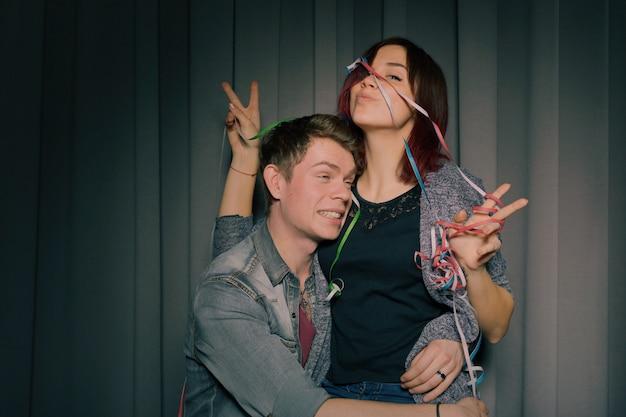 Веселая молодая пара весело и позирует вместе